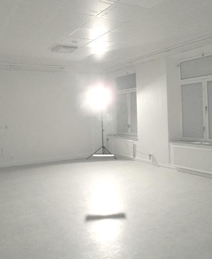 Besökaren möttes av en bländade lampa, som var både väldigt stark och varm.