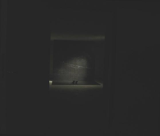 Om man sedan fortsatte längst in i källaren var det visades installationen The passage, som är en bild som är 2x2 meter stor, med ett par skor framför.